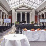 Glyptoteket - sal med stole, scene, skærme og buffetborde - Kælderen 13